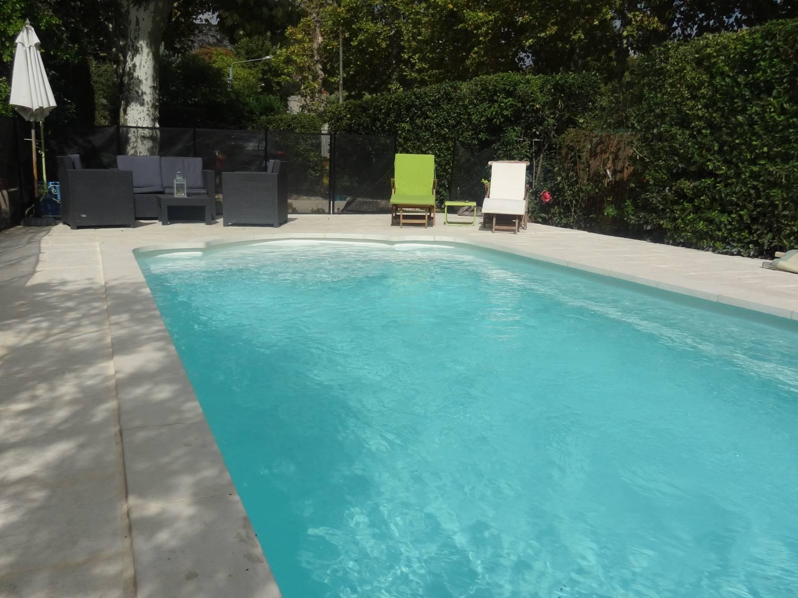 piscine coque polyester avec escalier roman et banquette. Black Bedroom Furniture Sets. Home Design Ideas