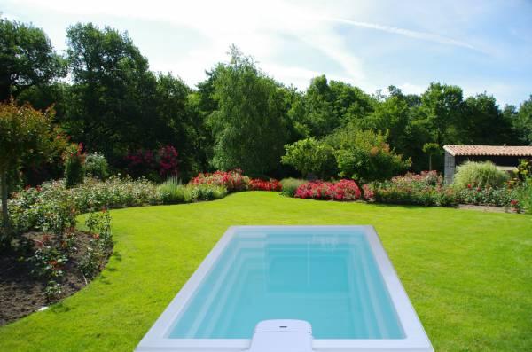 mini piscine coque polyester de moins de 10m2 avec bloc. Black Bedroom Furniture Sets. Home Design Ideas